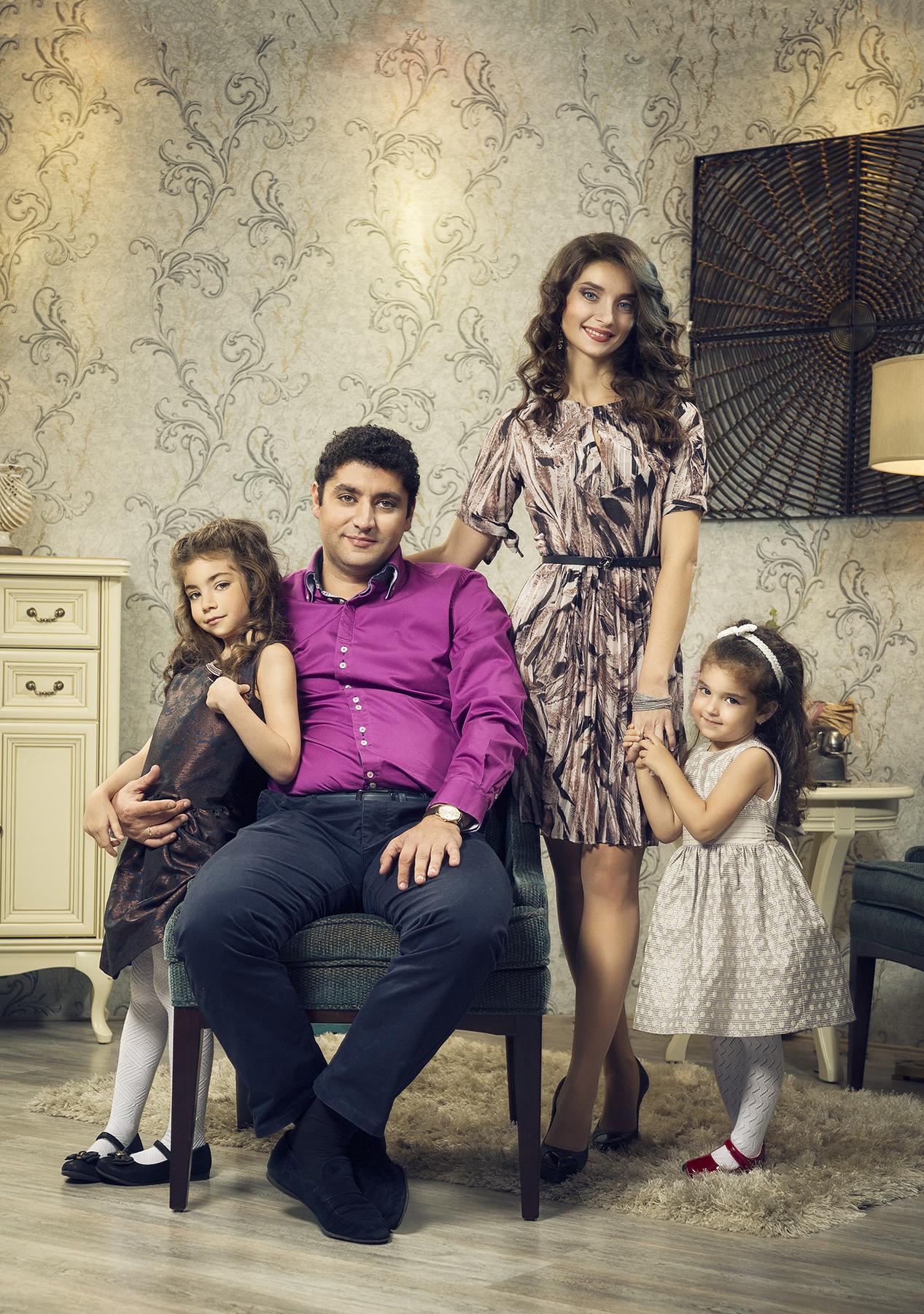 Ашот Саркисян с женой Ириной и дочерьми Маргаритой (слева) и Эвелиной