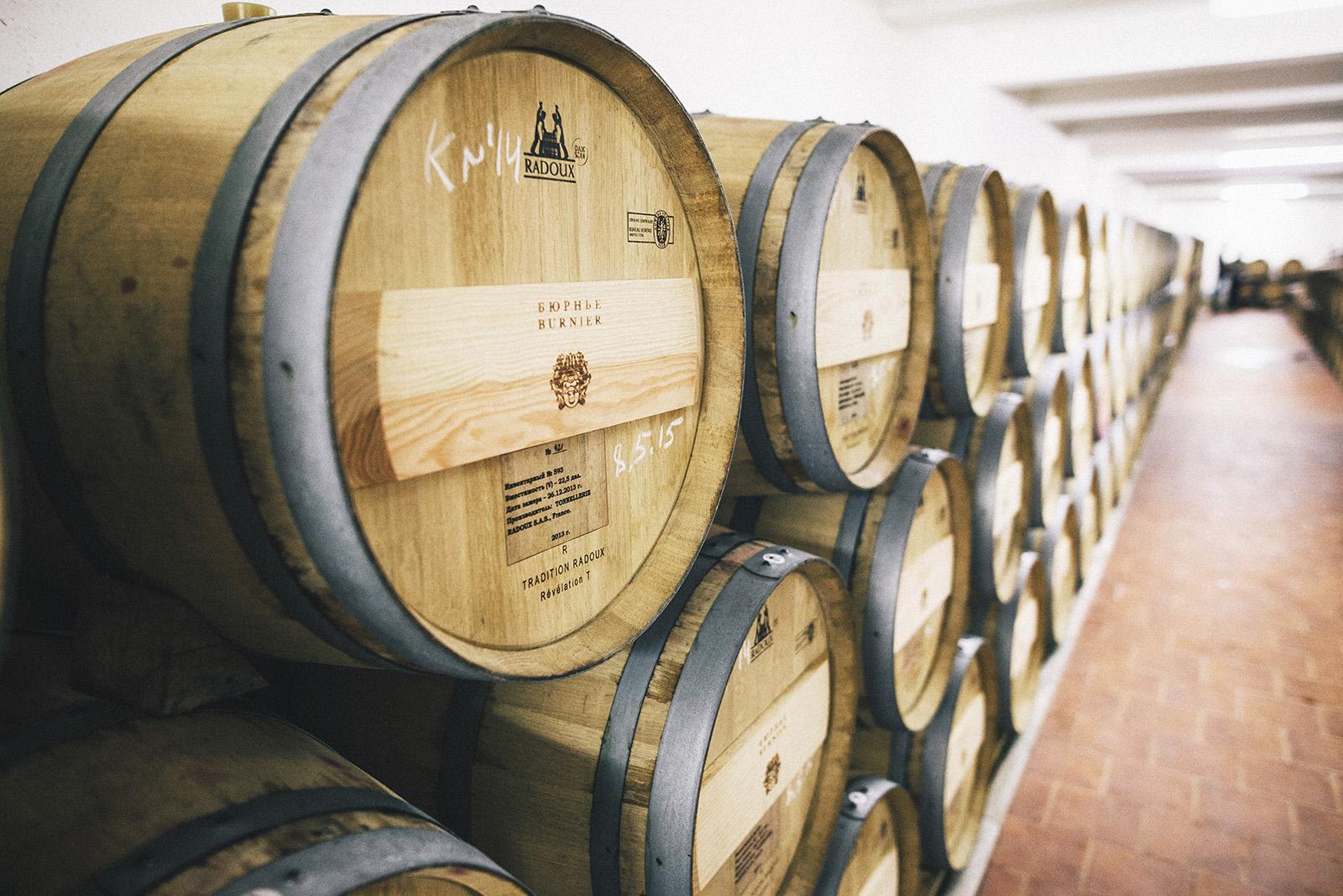 Выдержка вин в дубовых бочках
