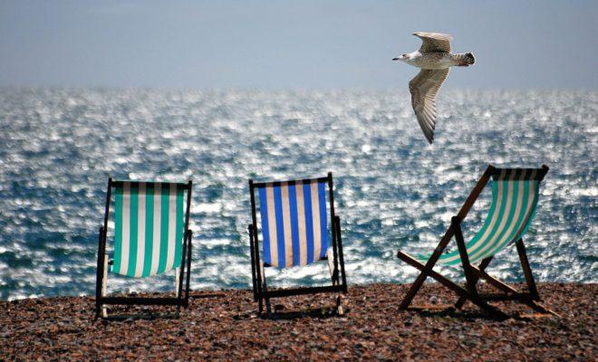 море пляж шезлонги