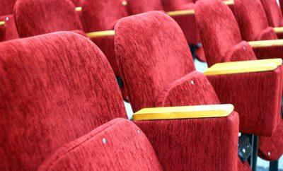 кинотеатр кресла красные