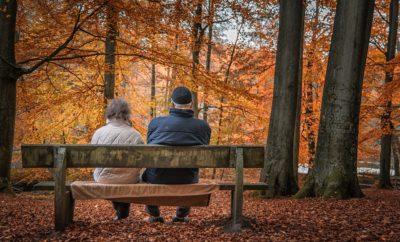 осень пожилая пара отдых