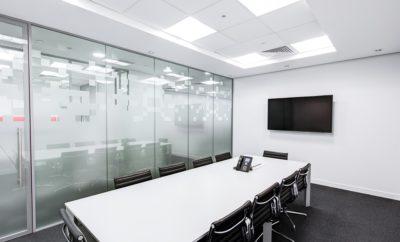 стол экран совещание